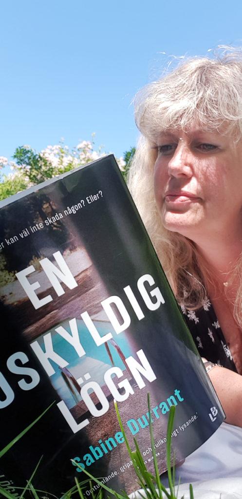 Bokmalen.nu läser En oskyldig lögn av Sabine Durrant. Foto: Tentacle Words